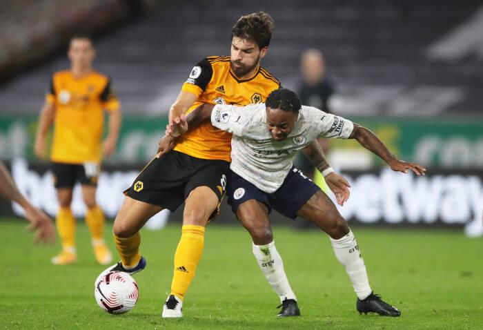 Ruben Neves dari Wolverhampton Wanderers beraksi dengan Raheem Sterling dari Manchester City