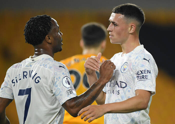 Phil Foden dari Manchester City merayakan gol kedua mereka dengan Raheem Sterling