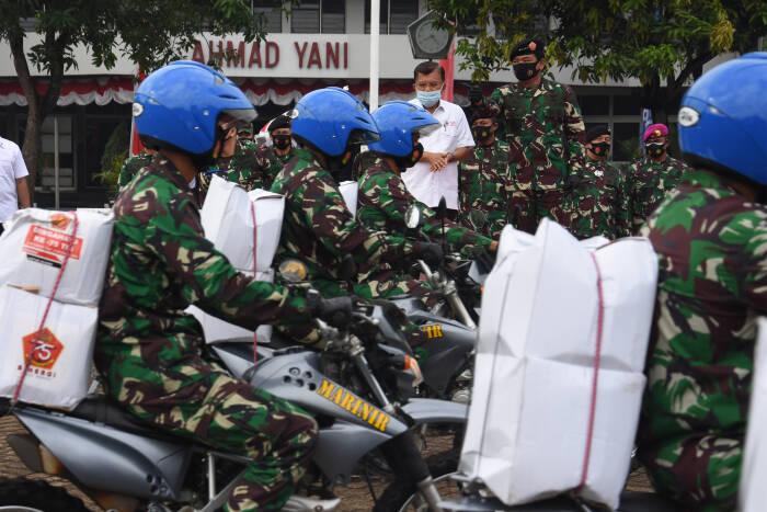 Panglima TNI Marsekal TNI Hadi Tjahjanto (kanan) didampingi Ketua Umum Palang Merah Indonesia (PMI) Jusuf Kalla (kiri) melepas keberangkatan prajurit TNI