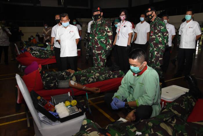 Panglima TNI Marsekal TNI Hadi Tjahjanto (kedua kiri) didampingi Ketua Umum Palang Merah Indonesia (PMI) Jusuf Kalla (kiri) meninjau kegiatan donor darah