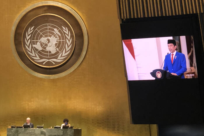 Layar memperlihatkan Presiden Joko Widodo menyampaikan pidato yang telah direkam sebelumnya pada Sidang Majelis Umum ke-75 PBB secara virtual di Markas PBB, New York, Amerika Serikat