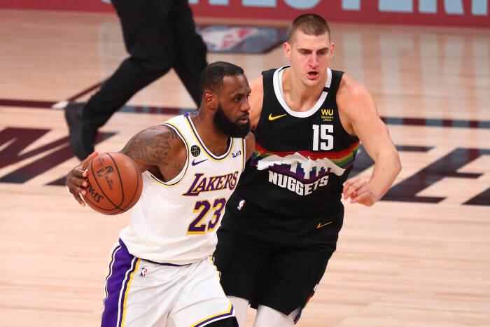Penyerang Los Angeles Lakers LeBron James (23) menggiring bola