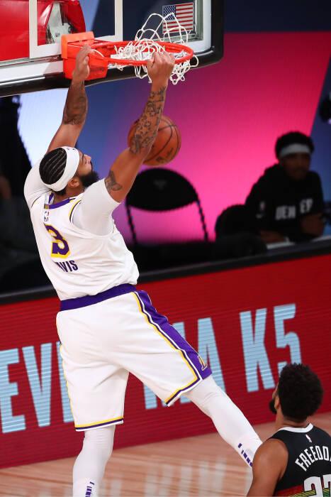 Penyerang Los Angeles Lakers Anthony Davis (3) melakukan dunks
