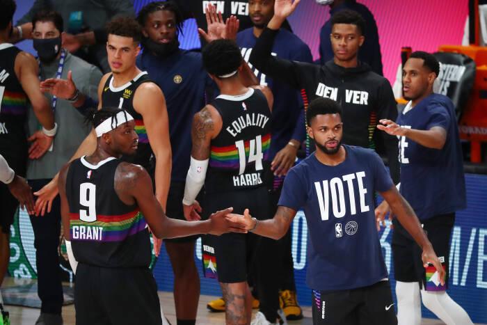 Penyerang Denver Nuggets Jerami Grant (9) melakukan selebrasi bersama rekan setimnya setelah mengalahkan Los Angeles Lakers