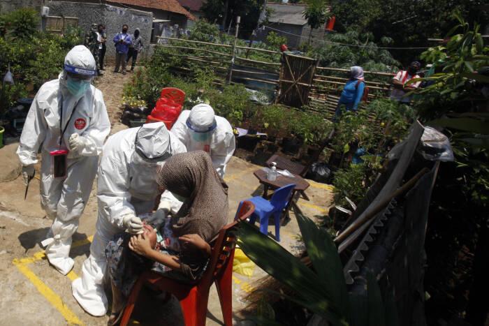 Petugas Dinas Kesehatan Kabupaten Bogor melakukan test swab jemput bola ke rumah warga di Bojong Gede, Kabupaten Bogor, Jawa Barat, Rabu (23/9/2020).