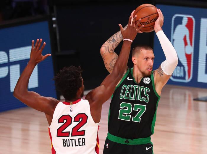 Center Celtics Daniel Theis (27) mengontrol bola