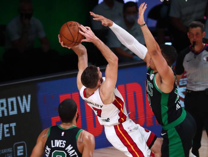Guard Miami Heat Goran Dragic (7) menembak