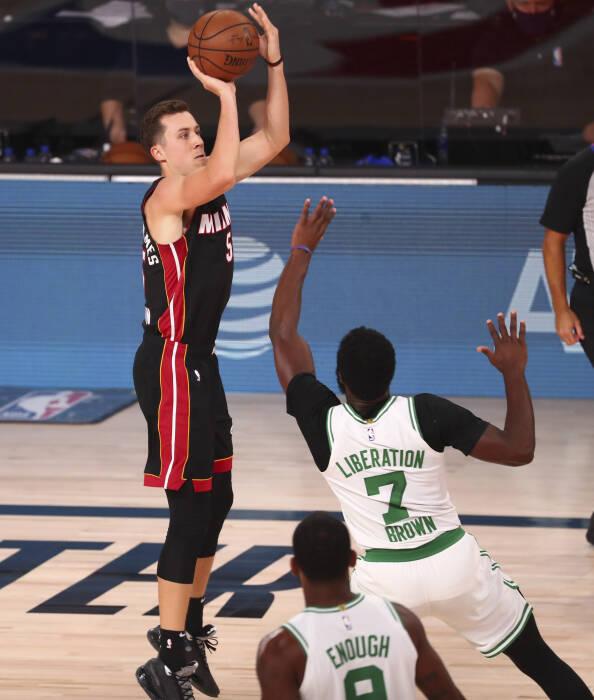 Guard Miami Heat Duncan Robinson (55) menembak