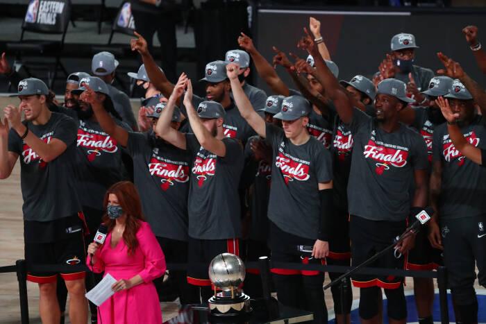 Miami Heat bertepuk tangan saat mereka menerima trofi Kejuaraan Wilayah Timur