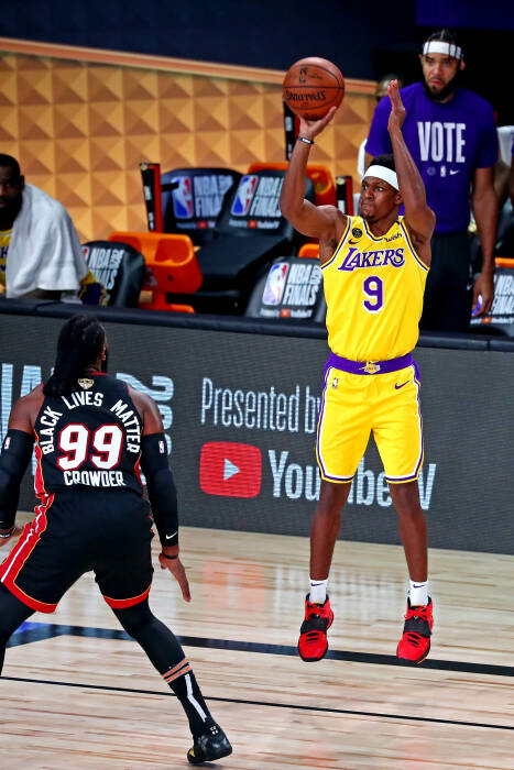 Guard Los Angeles Lakers Rajon Rondo (9) menembak bola