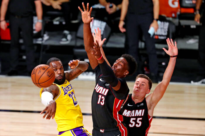 Penyerang Los Angeles Lakers LeBron James (23) mengoper bola