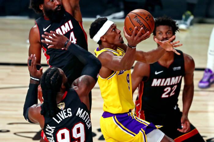 Penjaga Los Angeles Lakers Rajon Rondo (9) menuju ke keranjang