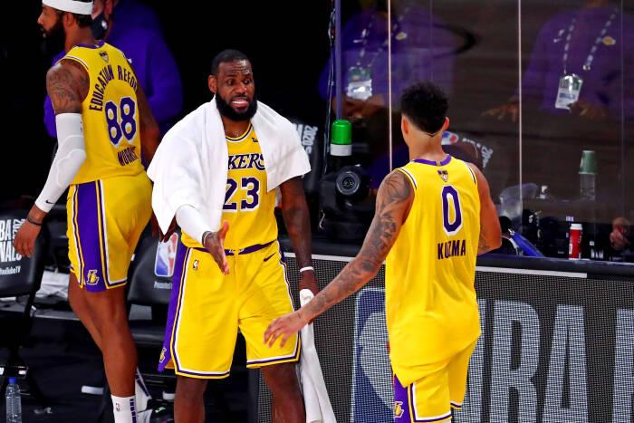 Penyerang Los Angeles Lakers, LeBron James (23) melakukan selebrasi dengan penyerang Kyle Kuzma (0)