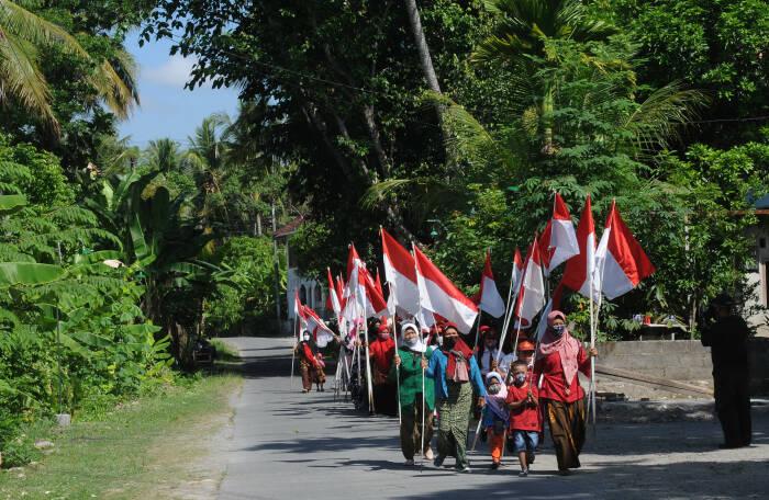 Sejumlah warga mengikuti kirab Bendera Merah Putih Hari Kesaktian Pancasila di Krakitan, Bayat, Klaten, Jawa Tengah