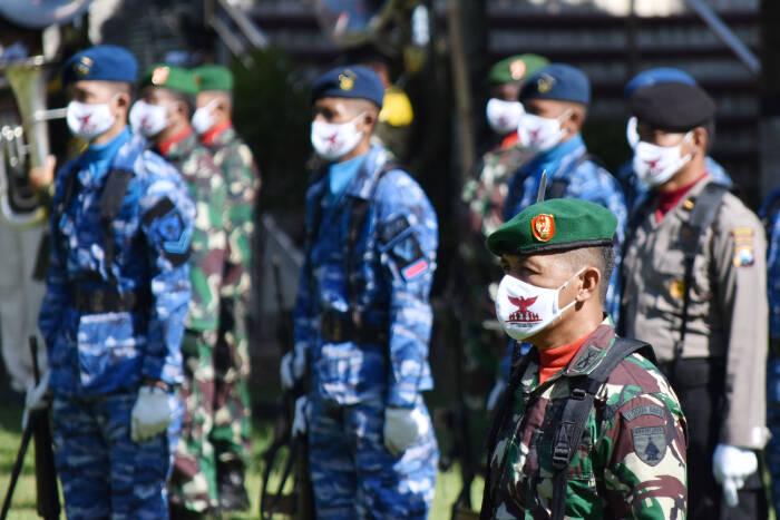 Peserta dengan memakai masker mengikuti upacara peringatan Hari Kesaktian Pancasila di areal Monumen Korban Keganasan Partai Komunis Indonesia (PKI) di Kresek, Kabupaten Madiun, Jawa Timur, Kamis (1/10/2020).