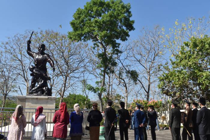Sejumlah orang mengamati patung keganasan Partai Komunis Indonesia (PKI) seusai mengikuti upacara peringatan Hari Kesaktian Pancasila di areal Monumen Korban Keganasan PKI di Kresek, Kabupaten Madiun, Jawa Timur, Kamis (1/10/2020).
