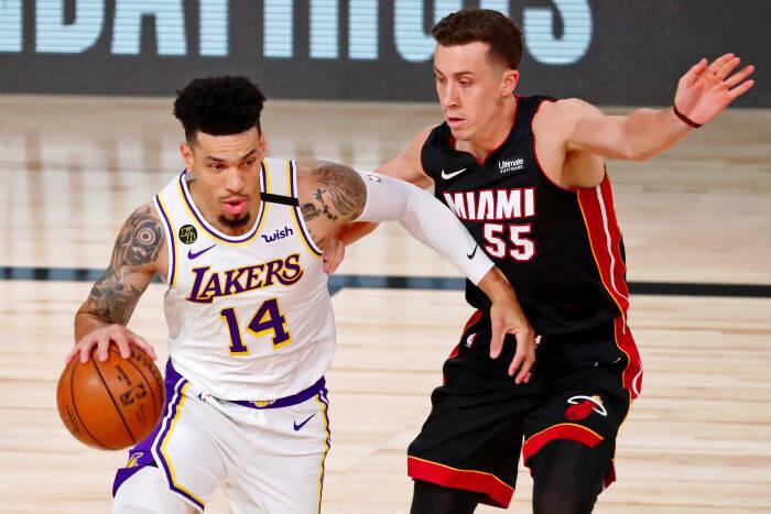 Guard Los Angeles Lakers Danny Green (14) menggiring bola melawan guard Miami Heat Duncan Robinson (55)