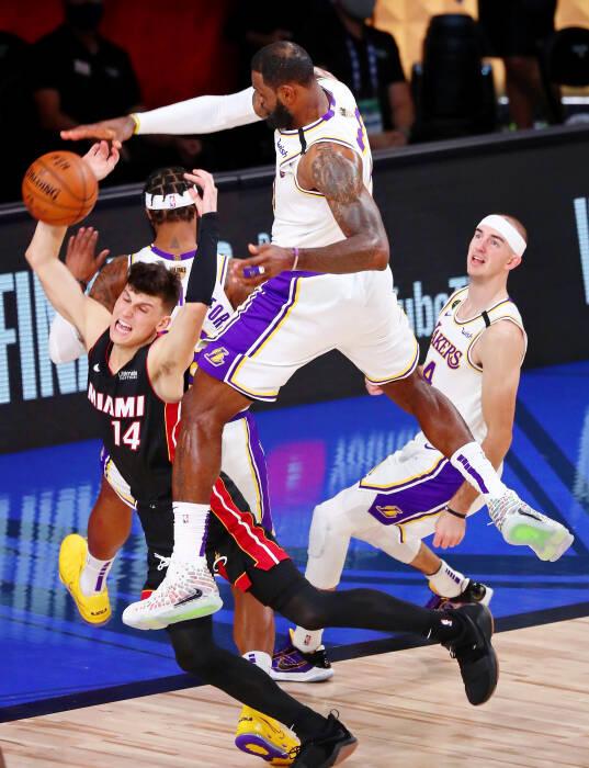 Penyerang Los Angeles Lakers, LeBron James (23) memblok tembakan guard Miami Heat Tyler Herro (14)