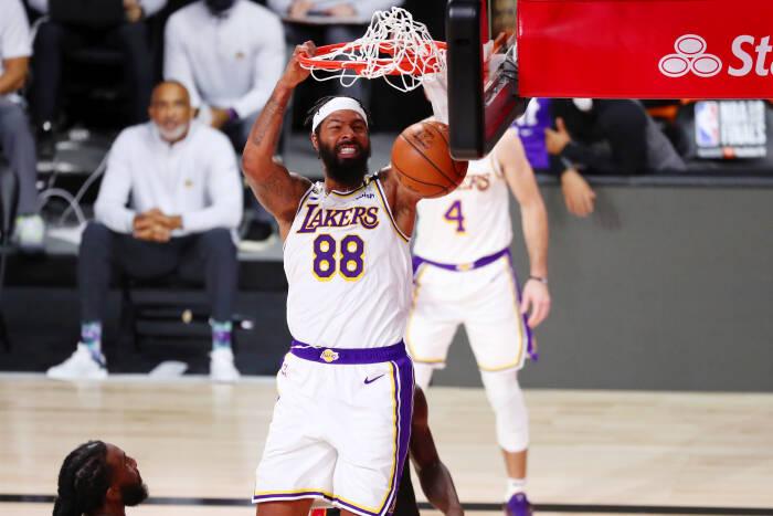 Penyerang Los Angeles Lakers Markieff Morris (88) melakukan dunks