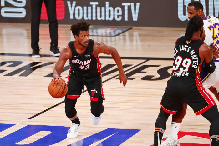 Penyerang Miami Heat Jimmy Butler (22) menggiring bola