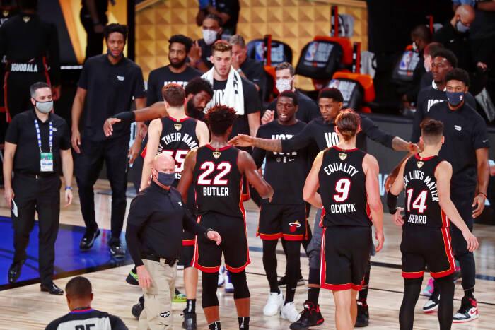 Penyerang Miami Heat Jimmy Butler (22) merayakan kemenangan mereka bersama rekan satu timnya atas Los Angeles Lakers dalam pertandingan ketiga Final NBA 2020