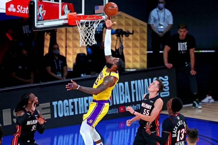 Penyerang Los Angeles Lakers LeBron James (23) menembak bola