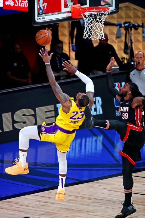 Penyerang Los Angeles Lakers LeBron James (23) melakukan tembakan