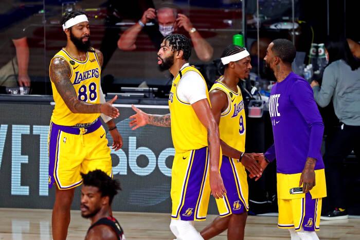 Pemain Los Angeles Lakers merayakan kemenangan setelah mengalahkan Miami Heat di game 4 Final NBA 2020