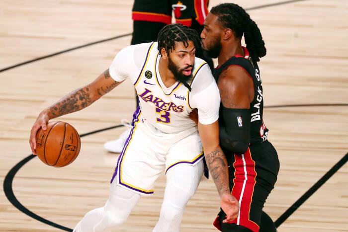 Penyerang Los Angeles Lakers Anthony Davis (3) menggiring bola saat dijaga oleh penyerang Miami Heat Jae Crowder (99)