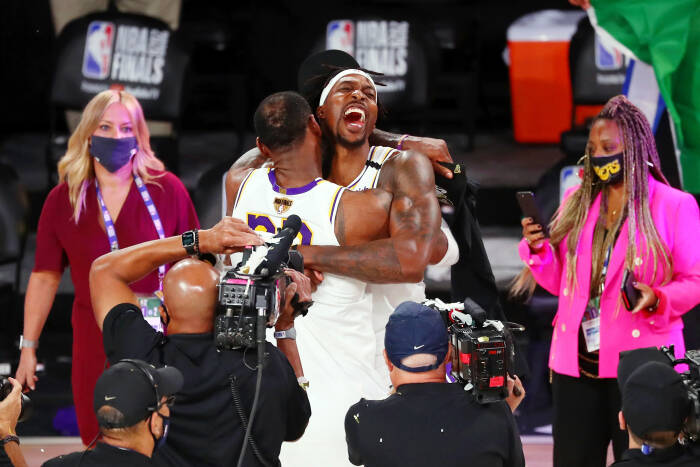 Penyerang Los Angeles Lakers LeBron James (23) dan center Dwight Howard (39) merayakan kemenangan mereka setelah pertandingan keenam Final NBA 2020