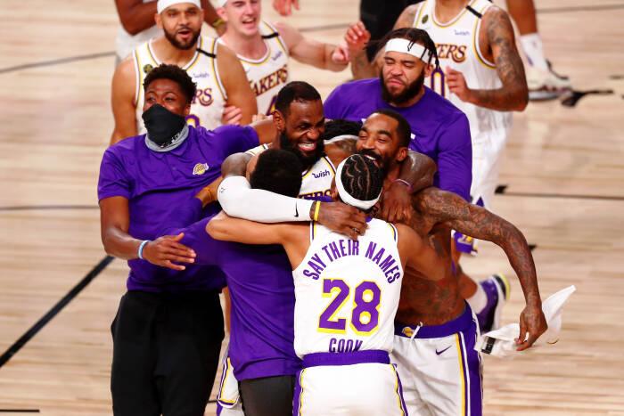 Los Angeles Lakers merayakan kemenangan mereka atas Miami Heat setelah pertandingan keenam Final NBA 2020