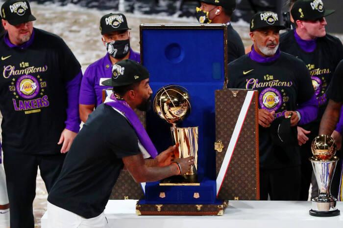 Guard Los Angeles Lakers JR Smith (21) mengambil trofi setelah pertandingan keenam Final NBA 2020