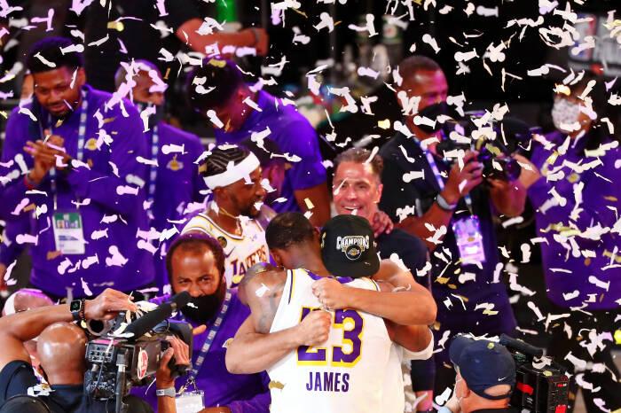 Penyerang Los Angeles Lakers LeBron James (23) memeluk penyerang Jared Dudley (10) setelah menang atas Miami Heat setelah pertandingan keenam Final NBA 2020