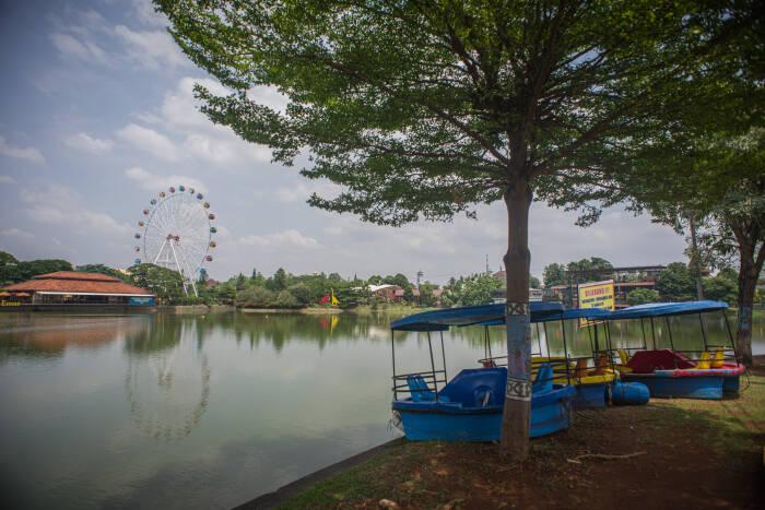 Kawasan anjungan Dunia Air Tawar di Taman Mini Indonesia Indah (TMII) sepi dari aktivitas wisatawan, Jakarta, Selasa (13/10/2020).