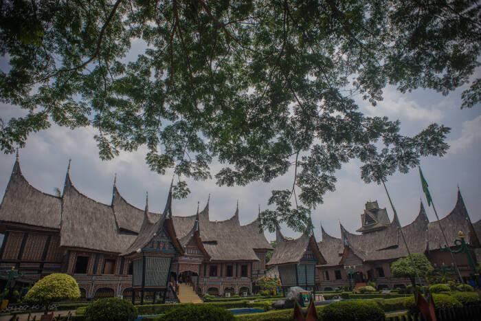 Anjungan Provinsi Sumatera Barat sepi dari kunjungan wisatawan di Taman Mini Indonesia Indah (TMII), Jakarta, Selasa (13/10/2020).