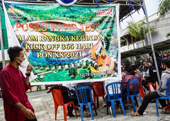 Seorang warga memasuki posko Dinas Kesehatan (Dinkes) Provinsi Papua untuk menjalani tes cepat (rapid test) di Kota Jayapura, Kamis (15/10/2020).