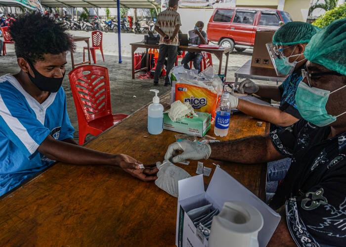 Petugas mengambil sampel darah seorang warga di posko Dinas Kesehatan (Dinkes) Provinsi Papua, Kota Jayapura, Kamis (15/10/2020). ANTARA FOTO/Indrayadi TH