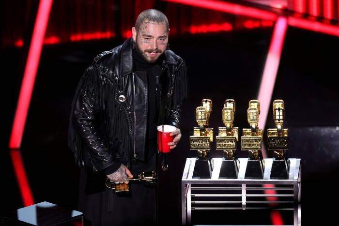 Post Malone menerima penghargaan di atas panggung untuk siaran Billboard Music Awards 2020