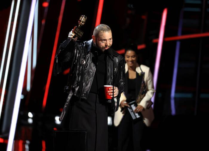 Post Malone menerima penghargaan Artis Pria Top di atas panggung untuk Penghargaan Musik Billboard 2020 (REUTERS/NBC)