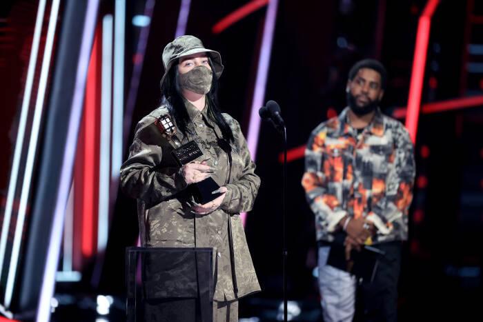 Billie Eilish menerima penghargaan Artis Wanita Top di atas panggung untuk Penghargaan Musik Billboard 2020