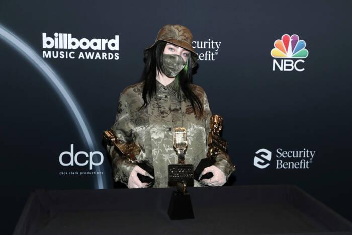 Billie Eilish berpose dengan penghargaan di Billboard Music Awards 2020