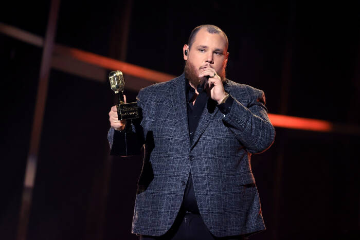 Luke Combs menerima penghargaan Top Country Artist di atas panggung untuk Billboard Music Awards 2020