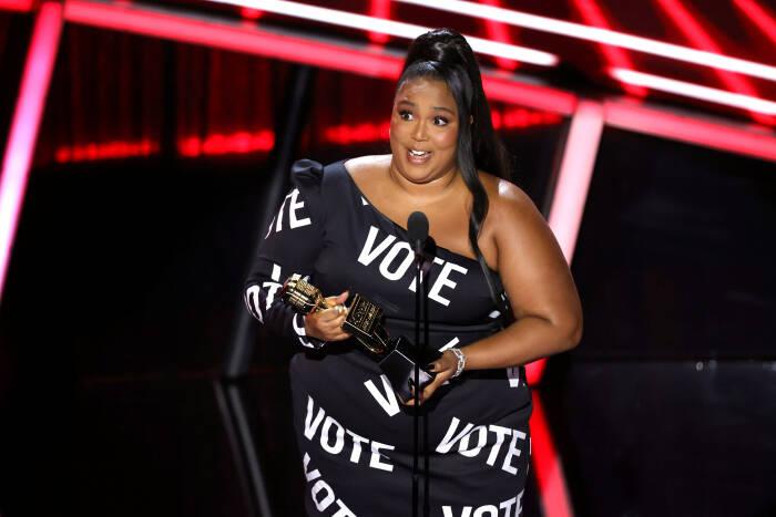Lizzo menerima penghargaan Artis Penjualan Lagu Teratas di atas panggung untuk Penghargaan Musik Billboard 2020