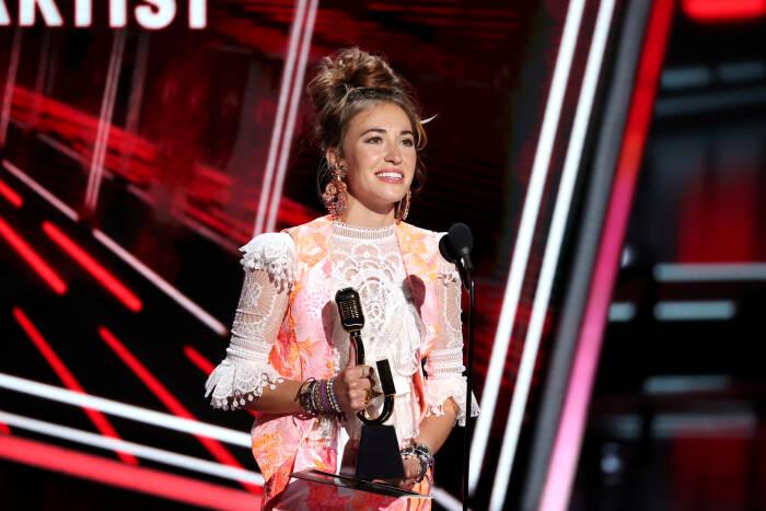Lauren Daigle menerima penghargaan Artis Kristen Teratas di atas panggung untuk Penghargaan Musik Billboard 2020