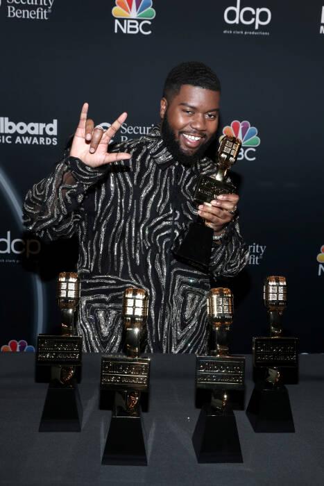 Khalid berpose dengan penghargaan di Billboard Music Awards 2020