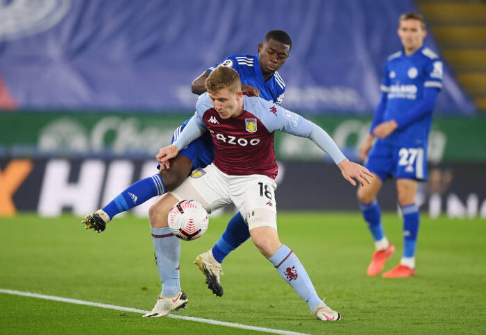Nampalys Mendy dari Leicester City beraksi dengan pemain Aston Villa Matt Targett