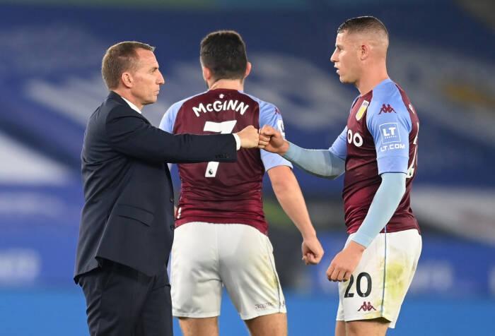 Ross Barkley dari Aston Villa dengan manajer Leicester City Brendan Rodgers setelah pertandingan