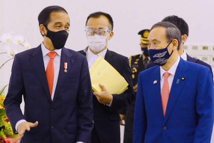 Presiden Joko Widodo (kanan) melakukan pertemuan bilateral dengan Perdana Menteri Jepang Yoshihide Suga (kiri).