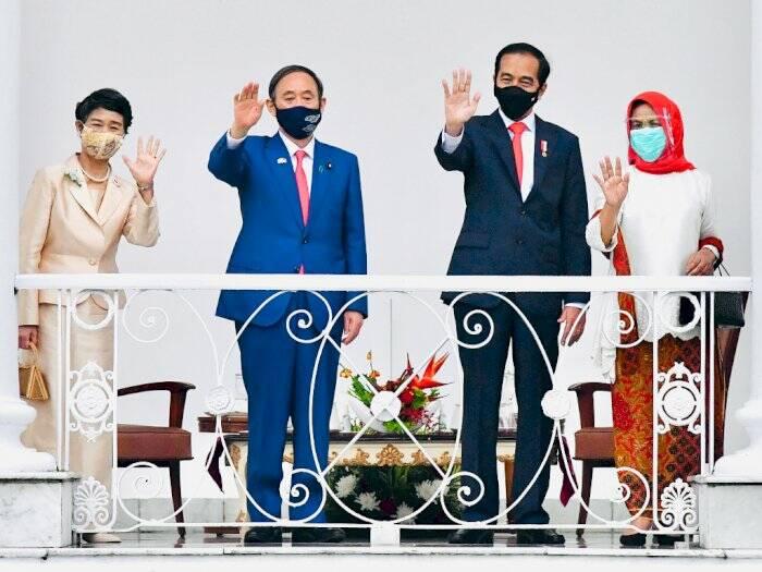 Presiden Joko Widodo (kanan) melakukan pertemuan bilateral dengan Perdana Menteri Jepang Yoshihide Suga (kiri). (ANTARA FOTO/HO/Setpres-Muchlis Jr)