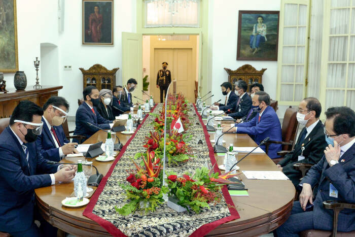 Presiden Joko Widodo (ketiga kiri) didampingi sejumlah Menteri Kabinet Indonesia Maju melakukan pertemuan dengan Perdana Menteri Jepang Yoshihide Suga (ketiga kanan) bersama delegasi.